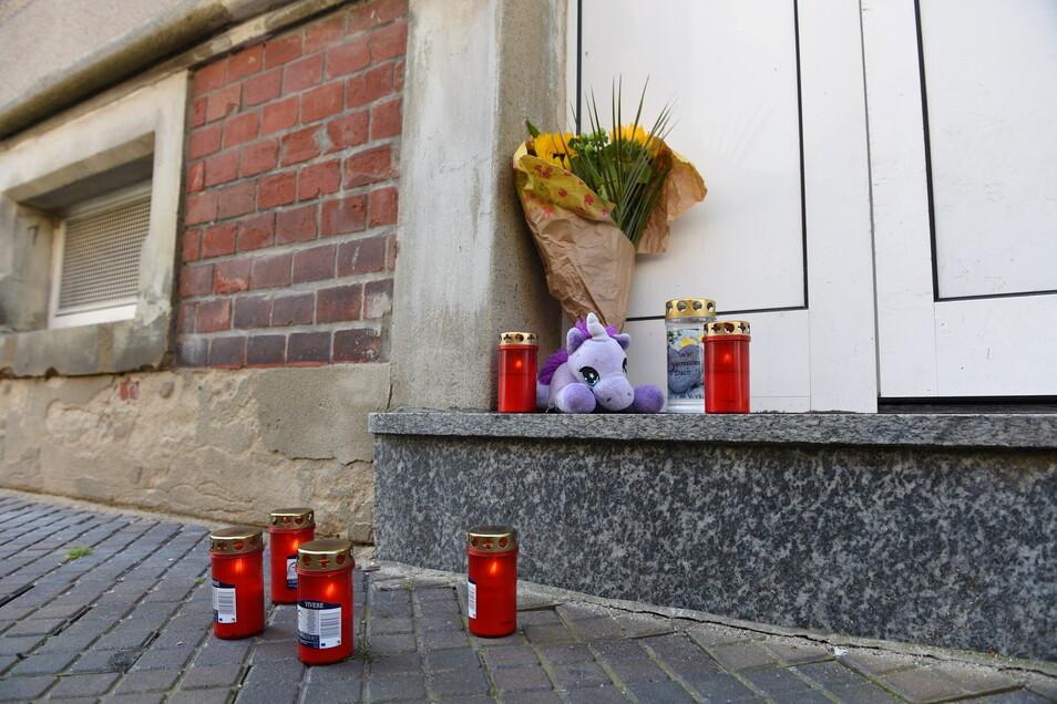 Nach dem Suizid von Sophie Kutscher in der JVA Chemnitz standen vor ihrem Wohnhaus in Hartha Blumen, Kerzen und ein Kuscheltier. Nun zweifelt der Vater an den Behörden.