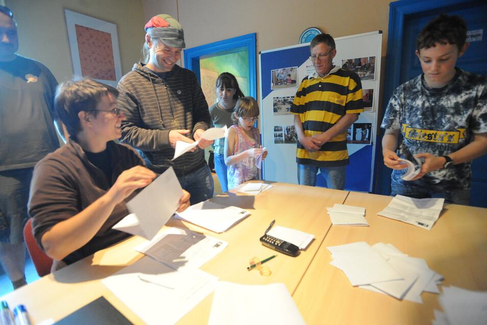 Jugendliche beim Auszählen ihrer U18-Landtagswahl.
