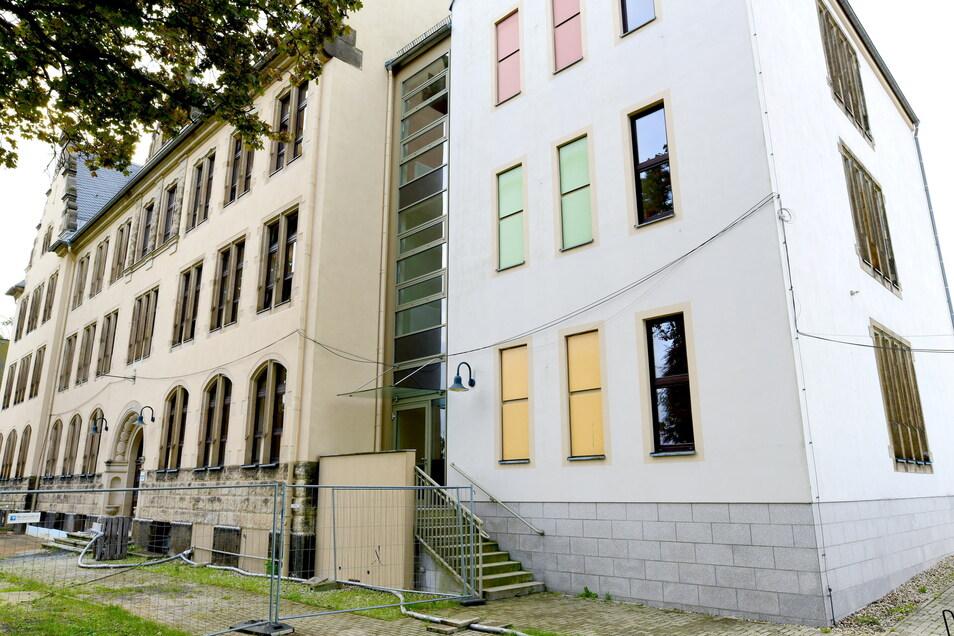 An der Fichte-Grundschule in Neugersdorf sollen jetzt auch die Außenanlagen erneuert werden. Geld dafür ist da, weil der Innenausbau günstiger wurde.