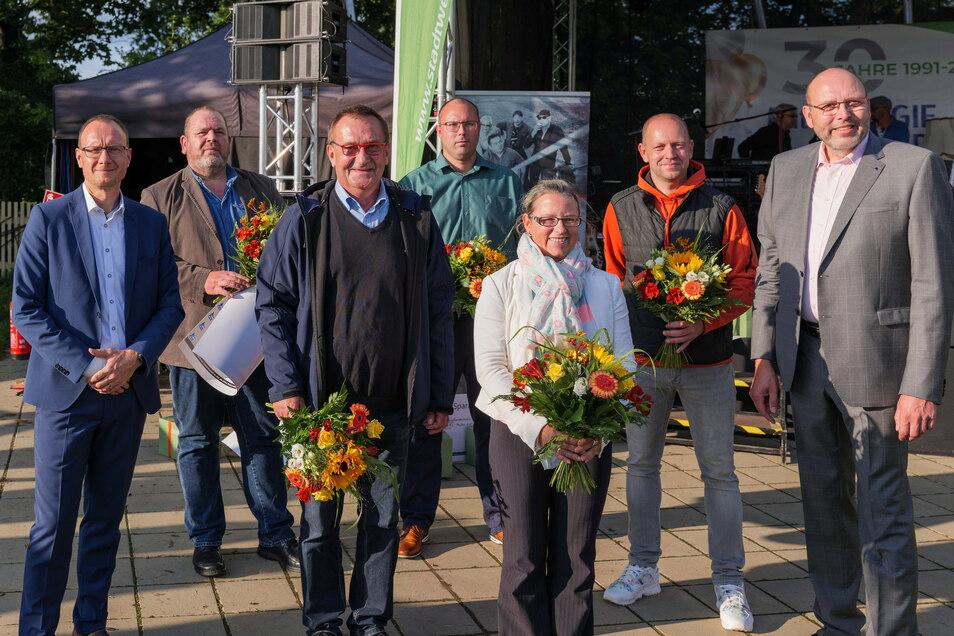 Die Vorsitzenden der mit Schecks und Meissener Porzellan bedachten Vereine - gemeinsam mit MSW Chef Frank Schubert (l.) und OB Olaf Raschke (r.).