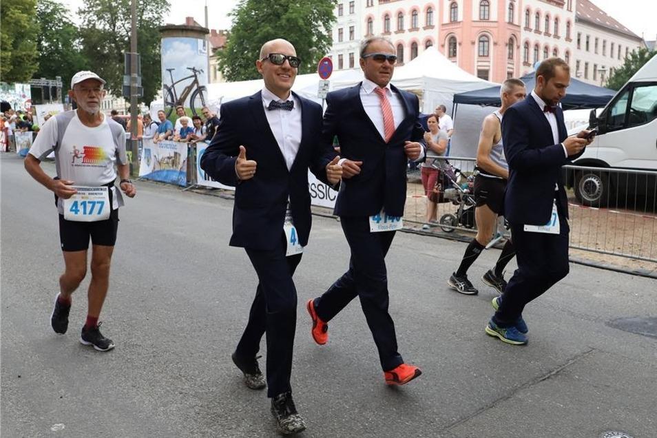 Im feinen Zwirn gingen diese drei Herren an den Marathonstart, Werbung für das Görlitzer Modehaus Schwind.