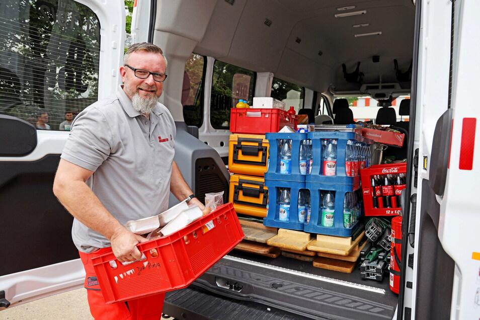 Daniel Olewinski belädt einen der vier Transporter der Glaubitzer Johanniter, die als Versorgungseinheit fünf Feuerwehren aus dem Landkreis Meißen ins Hochwasser-Gebiet begleitet.