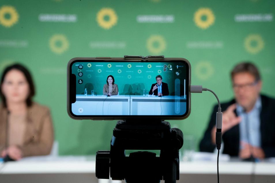 Die Grünen-Chefs Annalena Baerbock und Robert Habeck bei einer Pressekonferenz.