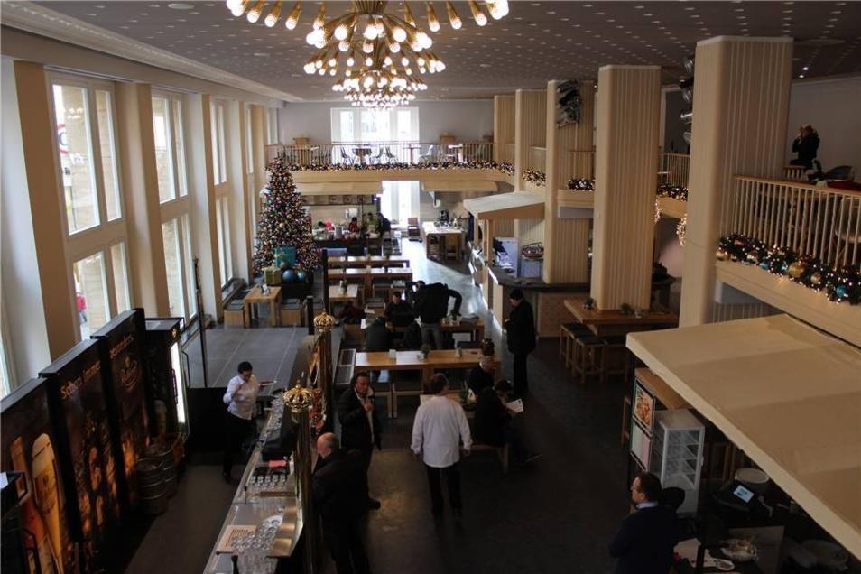 Der Saal ist in alter Pracht entstanden. In ihm gibt es eine kleine Bühne für Veranstaltungen. Die Kronleuchter wurden nach dem historischen Vorbild nachgebaut.