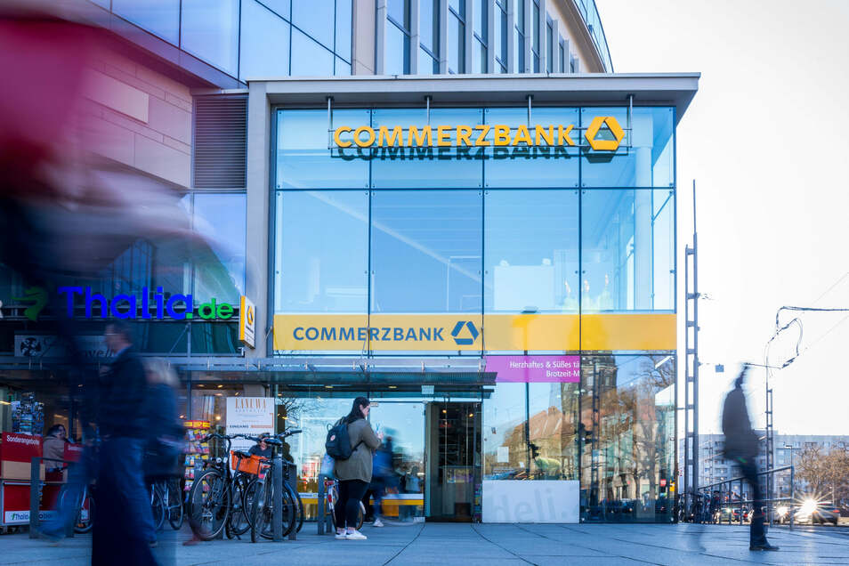 Wegen Corona geschlossen: Die Commerzbank-Filiale an der Prager Straße in Dresden ist eine von zehn in Sachsen, die vorübergehend nicht öffnet. Doch die Bank will dauerhaft an Filialen sparen.