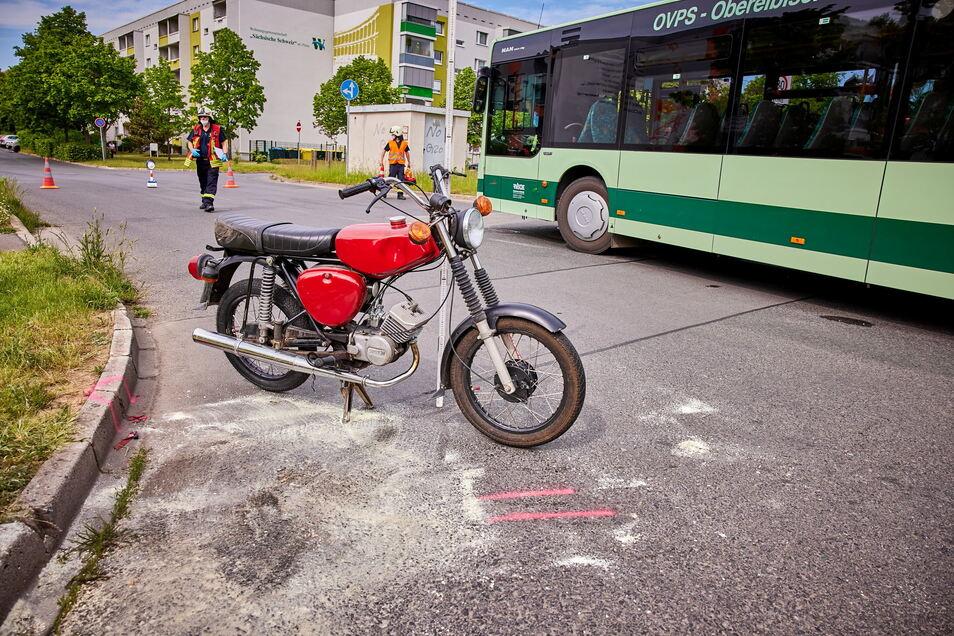 Ein Linienbus streifte das Moped. Dabei wird der Simson-Fahrer verletzt.