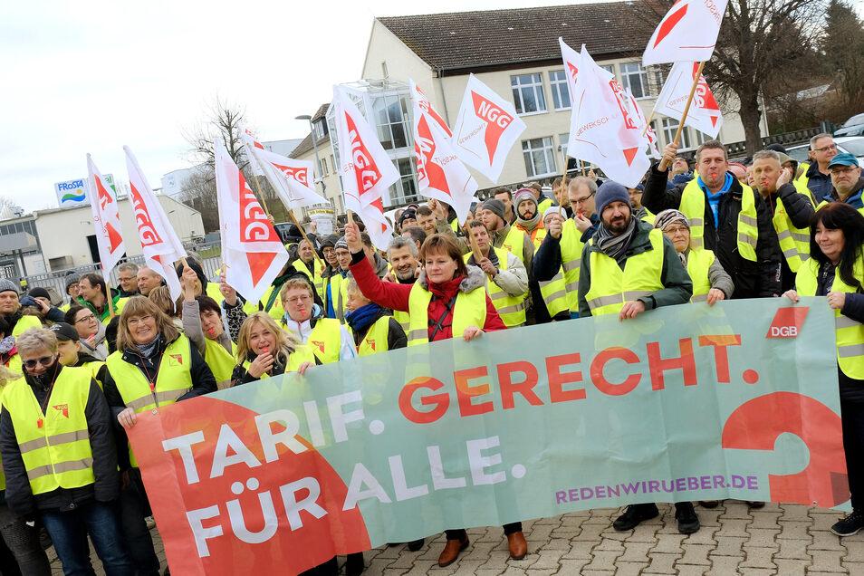 110 Mitarbeiter streikten am Montag in Lommatzsch für eine Angleichung der Gehälter von Ost und West. Derzeit klaffe eine Lücke von 20 bis 30 Prozent. Bei einem Facharbeiter mache das 764 Euro im Monat aus, so die Gewerkschaft NGG.