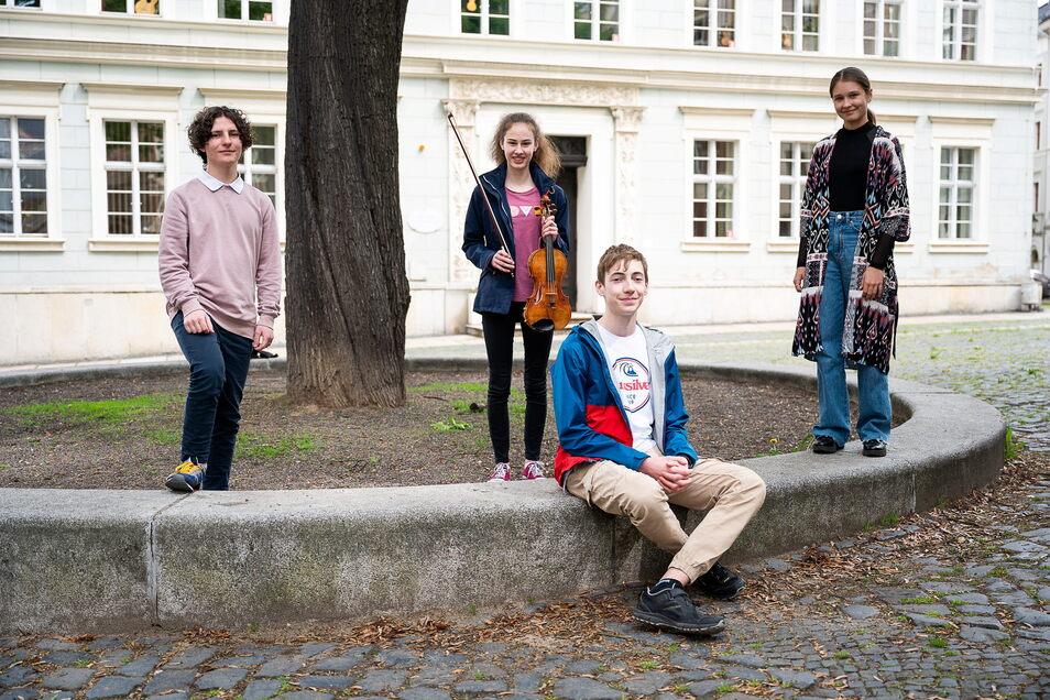 Die Musikschüler Valentin Melzer, Matilda Nedo, Hannes Max Ludwig und Anna Dribas (v. l.) nahmen 2021 am Bundeswettbewerb Jugend musiziert teil.