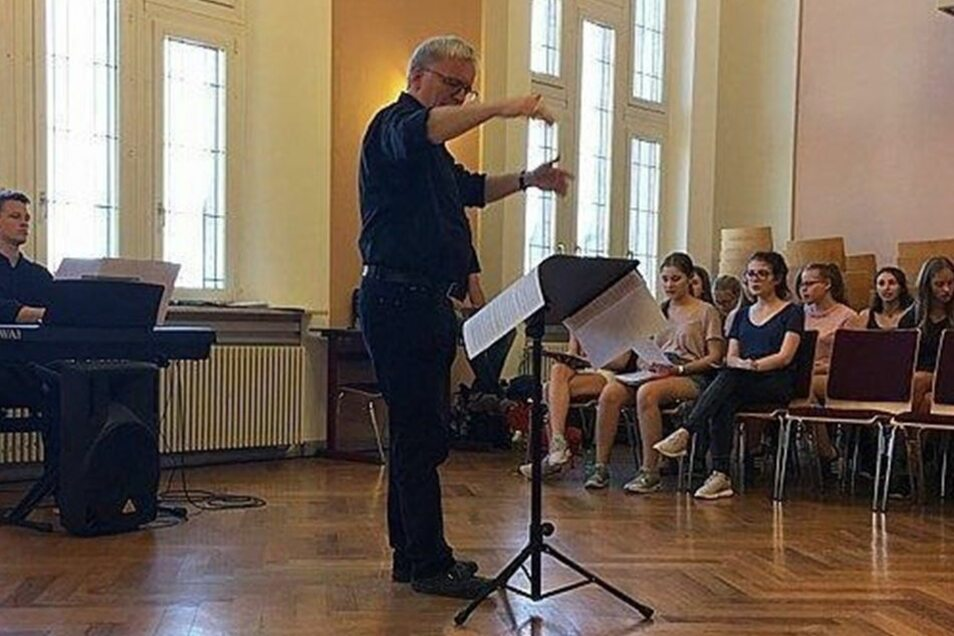 Der ehemalige Kruzianer und Chefdirigent der Elbland Philharmonie, Prof. Ekkehard Klemm, probte mit den Heidenauern. Schnell war klar, er legt Wert auf genau gesungene Töne, Vokale und Aussprache müssen stimmen.
