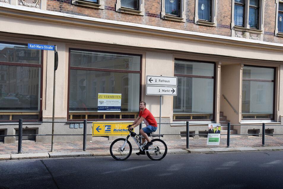 Die Räume im ehemaligen Haus der Geschenke an der Karl-Marx-Straße stehen wieder zur Vermietung. Zuletzt war die Tagespflege der Brambor Pflegedienstleistungen dort untergebracht.