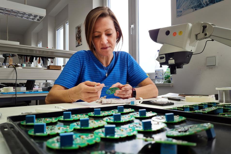 Annett Malditz ist in der Produktion eine Montagemitarbeiterin. Sie klebt einzelne Teile an.