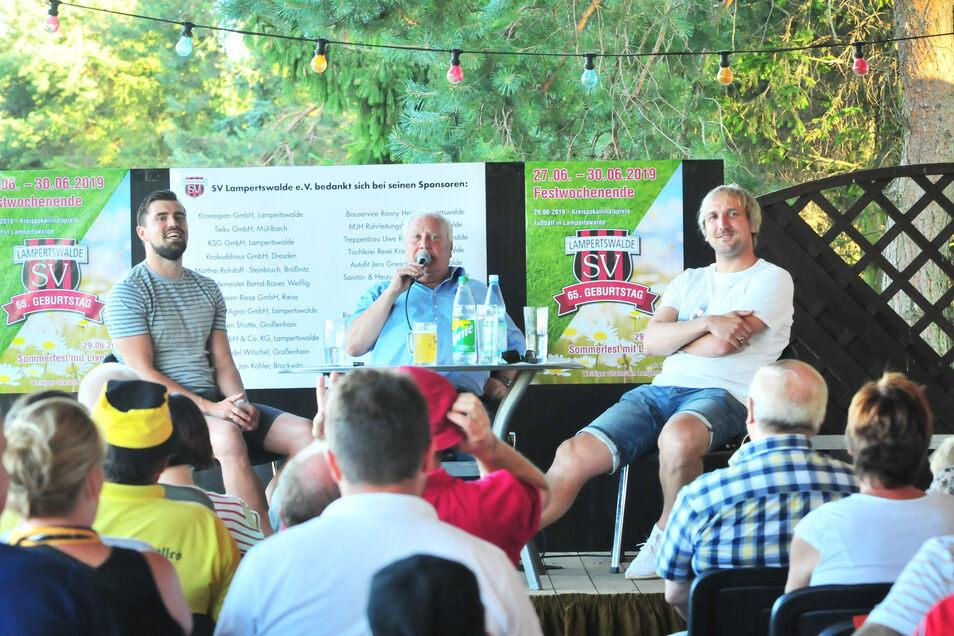 Ein unterhaltsames Trio beim Fußballabend auf der Terrasse des Lampertswalder Sportcasinos: Benjamin Kirsten, Gert Zimmermann und Thomas Neubert (v.li.) brachten am Donnerstag das Publikum zum Lachen wie auch zum Nachdenken.