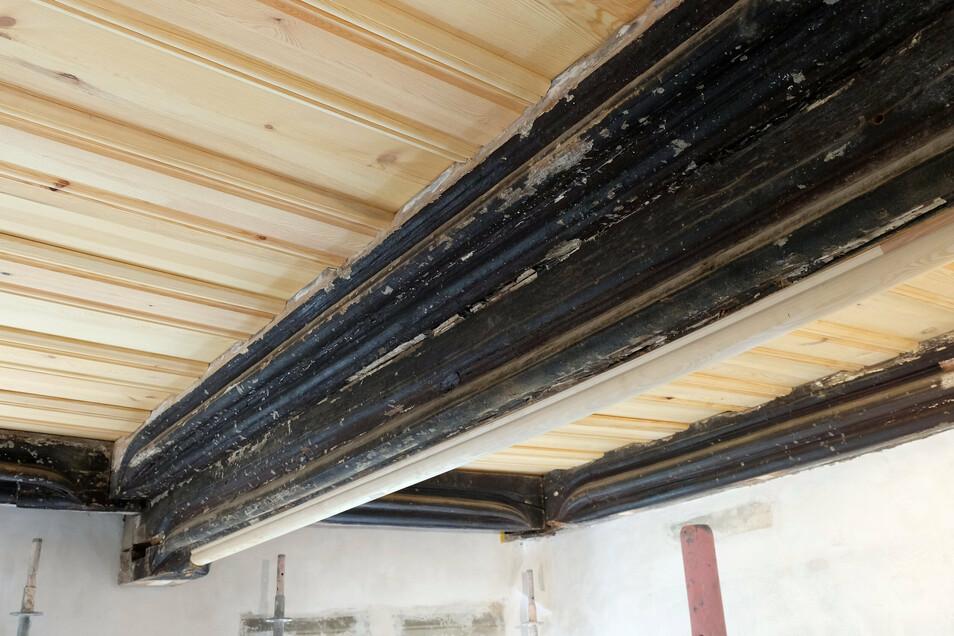 Der Sensationsfund des Gebäudes: Die spätgotische Decke wird von Gunter Preuß restauriert.