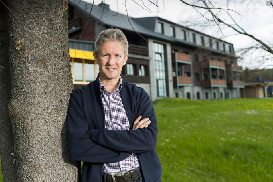 Jens Weißflog steht vor seinem Hotel in Oberwiesenthal. Derzeit kann auch er keine Gäste empfangen und stoppt deshalb auch geplante Baumaßnahmen.