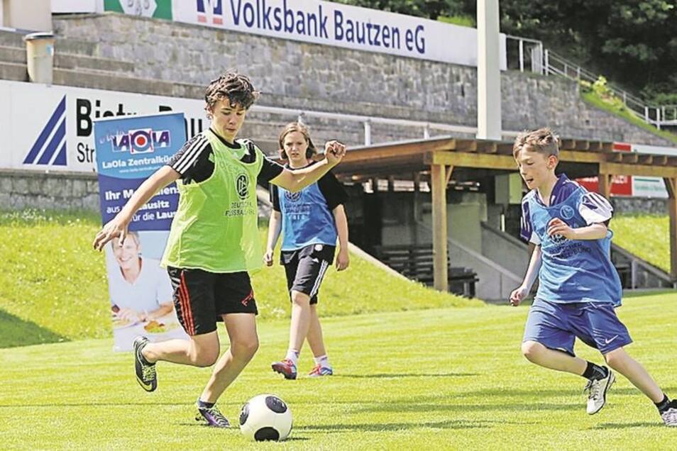 Schüler aus sportorientierten Klassen vom Gymi Bischofswerda beim Unterricht im Fach Fußball. Ihre Lehrer dafür sind auch Fachleute vom BFV. Fotos (3): Thorsten Eckert