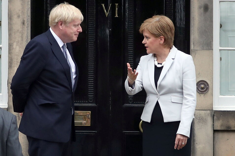 Die schottische Regierungschefin Nicola Sturgeon (r) begrüßt den britischen Premierminister Boris Johnson  - hier auf einem Bild aus dem Jahr 2019.