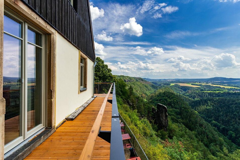 Ein Balkon umspannt das gesamte Haus. Damit lässt sich ein spektakulärer Rund-um-Blick genießen.