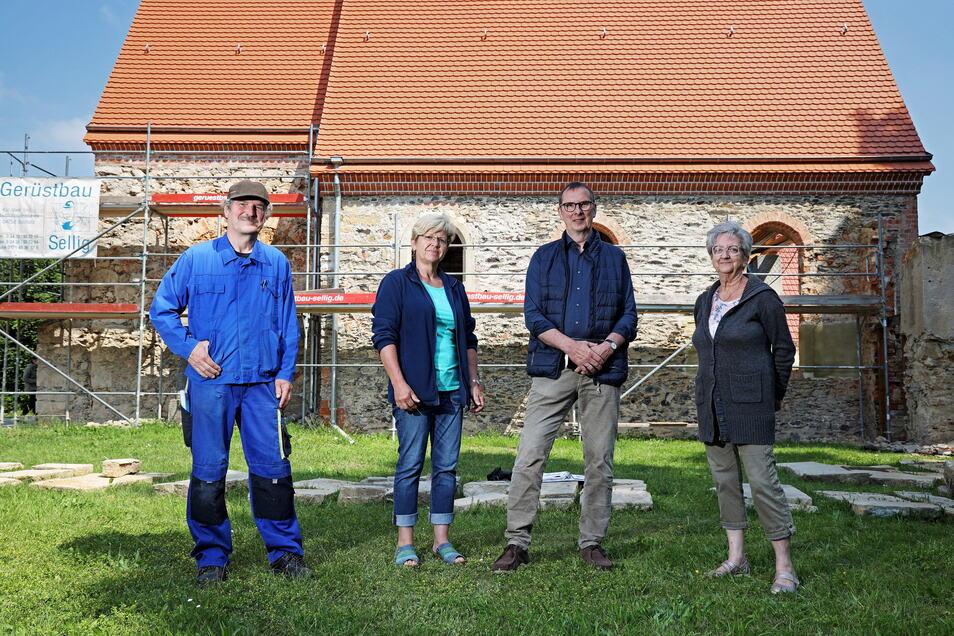 Ralf Zscherper (l.) und Hannelore Risse (r.) setzen sich mit dem Förderverein seit 2005 für den Wiederaufbau der Kirche ein. Bianka Rudolph vertritt die Kirchgemeinde, Jens-Peter Mader ist Baupfleger bei der Sächsischen Landeskirche.