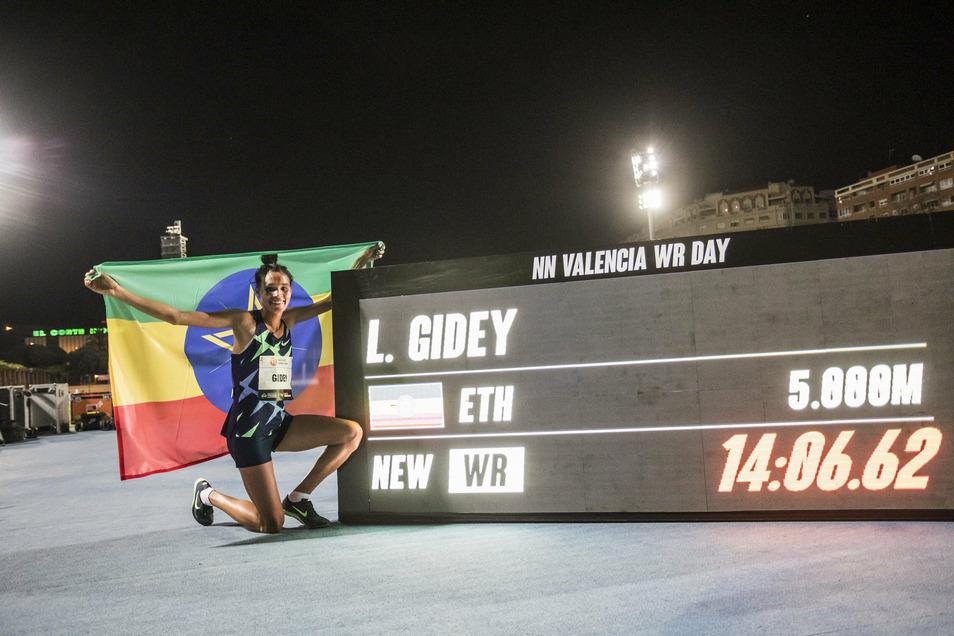 Letesenbet Gidey aus Äthiopien posiert in Valencia neben einem Bildschirm mit ihrer neuen Bestmarke. Die 22-Jährige drückte den 5.000-Meter-Weltrekord ihrer Landsfrau Tirunesh Dibaba.