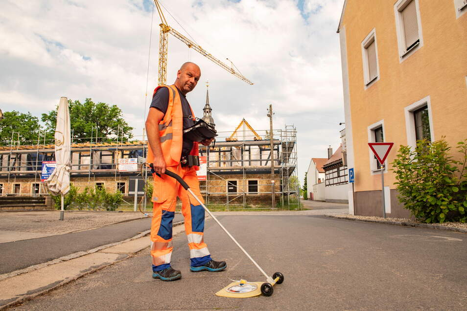 Sven Peuker, Gasspürer der Spie SAG, ist derzeit in Orten des Landkreises unterwegs, um Gasleitungen auf ihre Dichtheit zu kontrollieren.