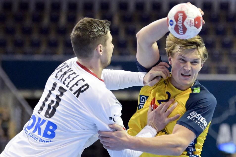 Auch dieses Duell zwischen Hendrik Pekeler (l) und dem Schweden Tino Stein endet remis.