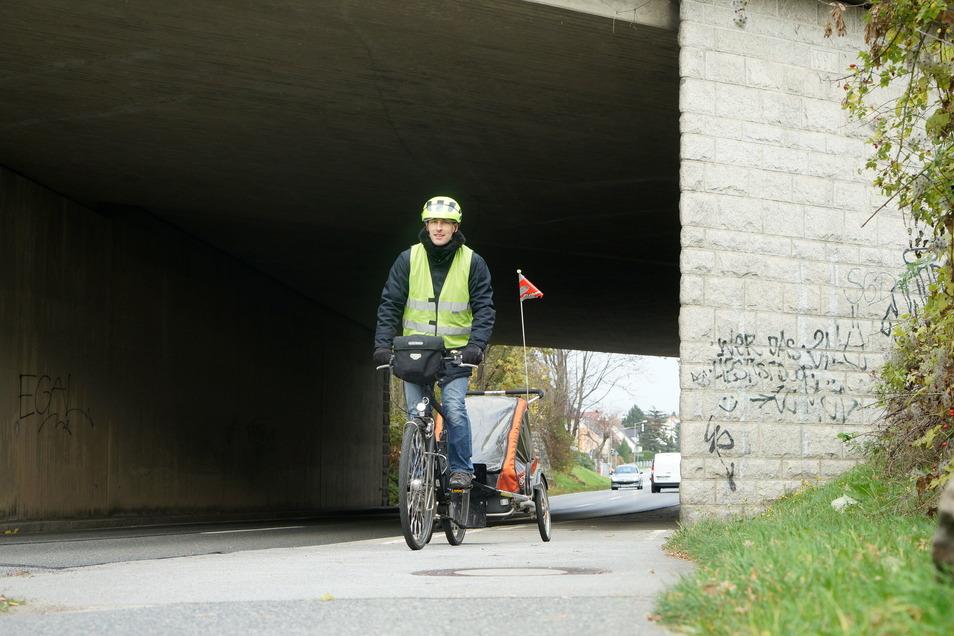"""Autobahnbrücke Muskauer Straße: Die Brückendurchfahrt ist schwer einzusehen. Und der Radweg ist viel zu schmal für zwei Fahrradfahrer. """"Wenn die A 4 ausgebaut wird, hoffe ich sehr, dass der Radweg verbreitert wird"""", sagt Peter Stürzner vom ADFC."""