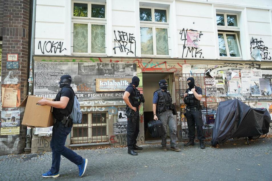 Polizisten tragen Beweismaterial aus einem Gebäude in Berlin. Fünf Verdächtigen wird die Gründung einer kriminellen Vereinigung vorgeworfen.