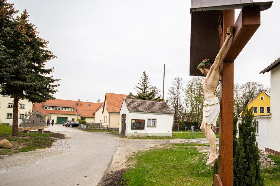 Als Dorfmitte bezeichnen die Dörgenhausener den Bereich von der Zufahrt (im Vordergrund) und dem Dorfgemeinschaftshaus (im Hintergrund).