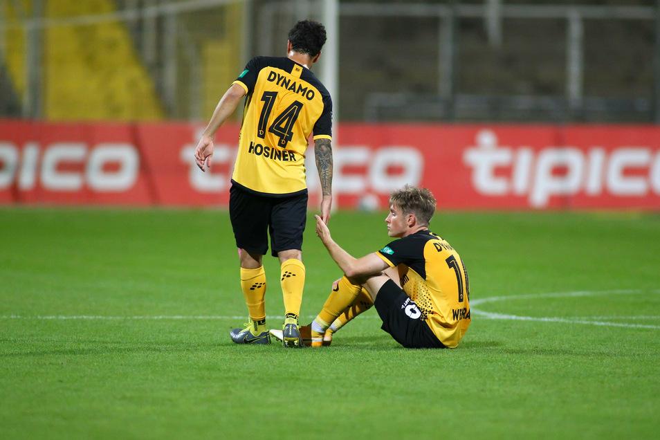 Handgreiflicher Trost: Philipp Hosiner hilft Patrick Weihrauch auf.