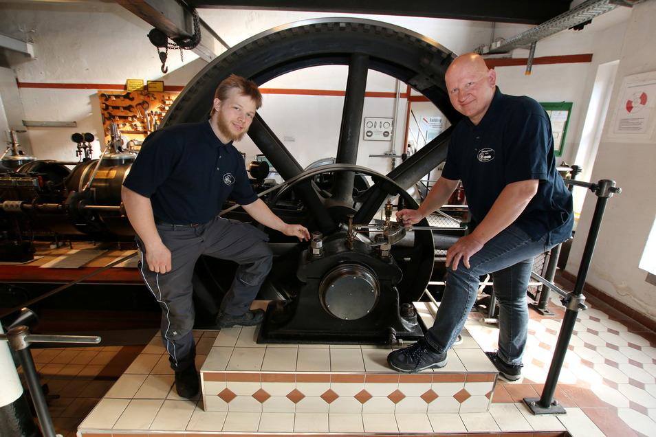 Andreas Röder (links) und Enrico Korth an der restaurierten Hanomag-Dampfmaschine des Roßweiner Vereins.