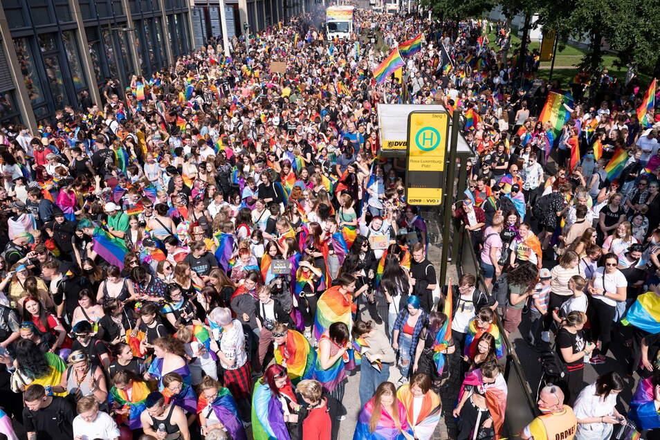 In Dresden fand Anfang September auch ein CSD-Aufzug statt, hier stehen Teilnehmer am Rosa-Luxemburg-Platz. Überall zu finden: Die Regenbogenflagge.