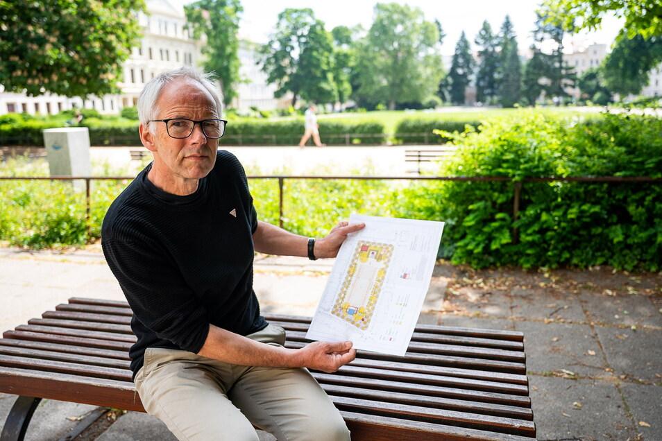 Friedemann Dreßler vom Amt für Stadtentwicklung zeigt den Plan zur möglichen Umgestaltung des Wilhelmsplatzes in Görlitz.