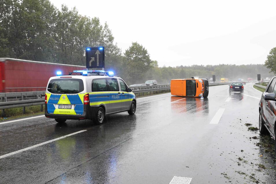 In der Nähe der Abfahrt Leppersdorf hat sich am Mittag auf der A 4 ein Unfall ereignet. Es hat sich ein langer Stau gebildet.