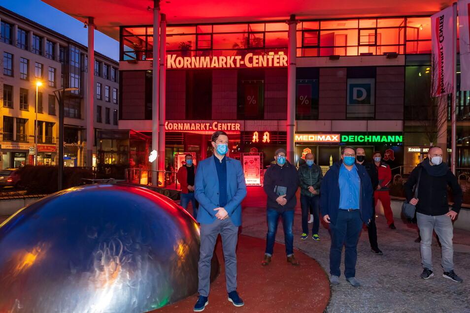 Kornmarktcenter-Manager Christian Polkow (vorn links) und einige Händler aus Bautzen beteiligten sich am Montagabend an einer bundesweiten Aktion, um auf die Not des Einzelhandels aufmerksam zu machen.