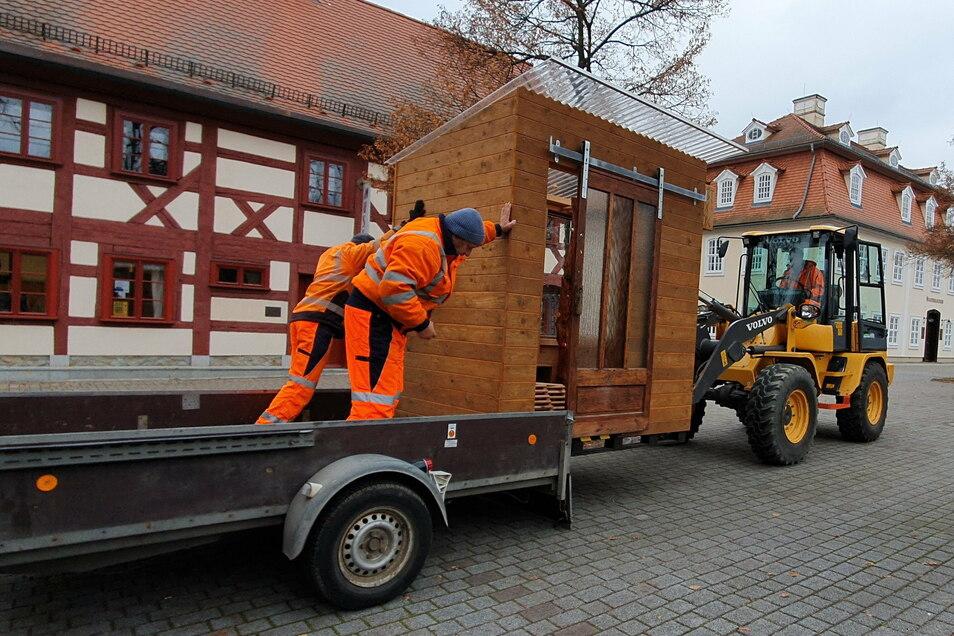 Der Abtransport der Tauschbox in Niesky durch Mitarbeiter des Bauhofes in ihr Winterquartier. Im Frühjahr soll die Kost-Nix-Box am Museum wieder aufgestellt werden.