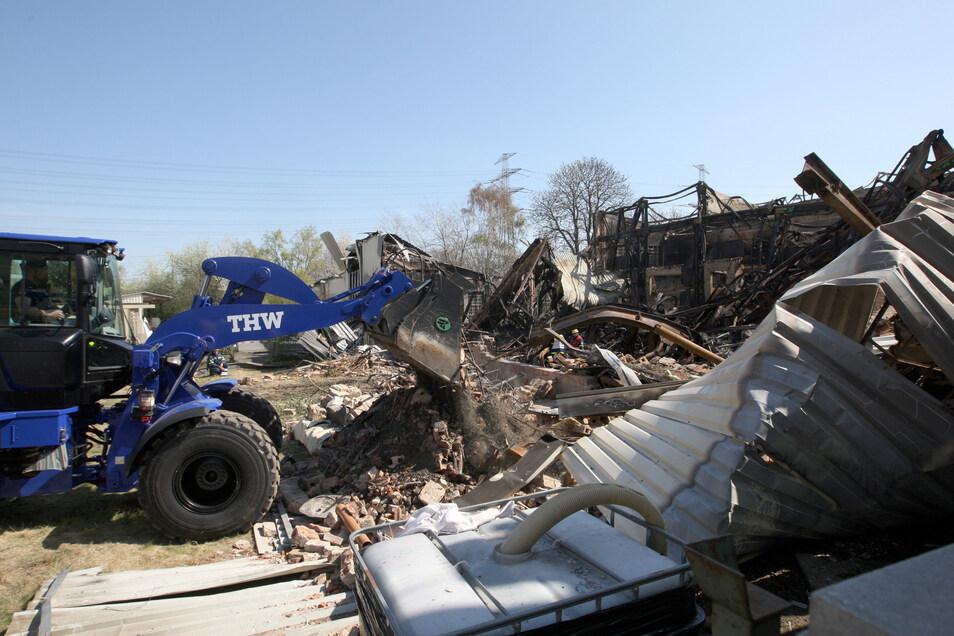 Nach dem Großfeuer ist nichts mehr übrig. Firmen suchen nach Grundstücken für den Neustart.