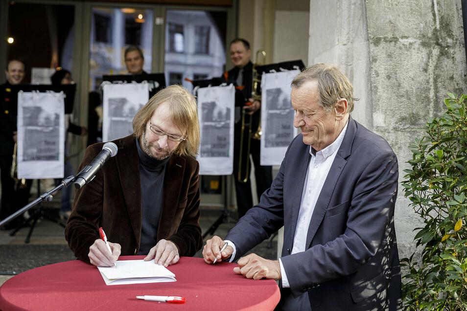 Mario Bohrmann aus Wiesbaden und der frühere dortige Oberbürgermeister unterschrieben den Partnerschaftsvertrag auf dem Görlitzer Untermarkt am 3. Oktober.