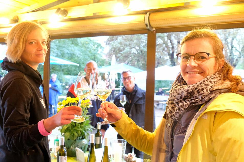 Katja und Juliane servieren und probieren den Wein im Weindorf Spaar. Dieses befand sich an der alten Rollschuhbahn, ehemals Umlaufts Weinstuben.