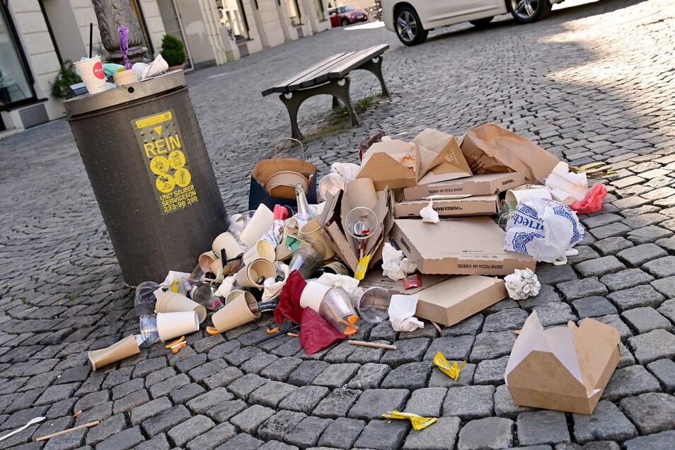 Das ist nur ein Symbolfoto - solche übervollen Müllkörbe gibt es aber auch in Löbau.