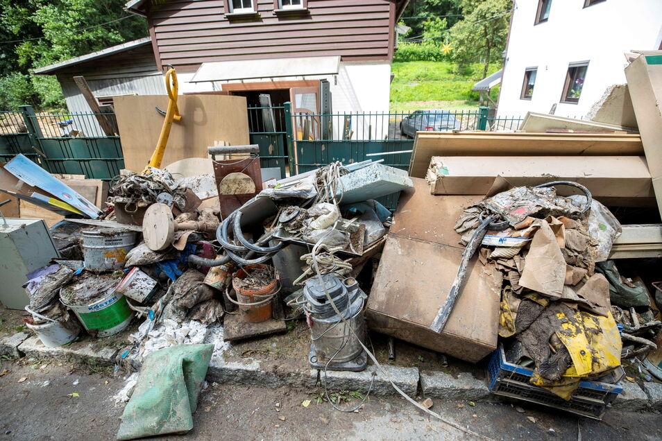 Vollgelaufene Keller und Garagen werden ausgeräumt. In Sebnitz wird dafür eine kostenlose Entsorgung organisiert.