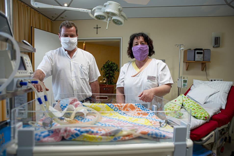 Die Geburtsklinik im Kamenzer Krankenhaus ist  auf Schwangere mit Corona-Infektion vorbereitet. Dafür stehen Chefarzt Alexander Wagner, Stationsschwester Daniela Nicolaus und ihr ganzes Team.