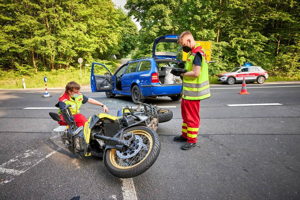Das Motorrad demoliert, der Biker schwer verletzt: Das ist die Bilanz eines heftigen Verkehrsunfalls am Fuße der Festung Königstein.