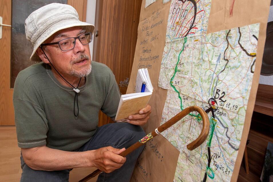 Wolfgang Bieberstein hat seine Wanderung von Nord nach Süd immer vor Augen: In seiner Wohnstube hat er diese Tafel aufgehängt und hier schreibt er nun auch sein Buch.