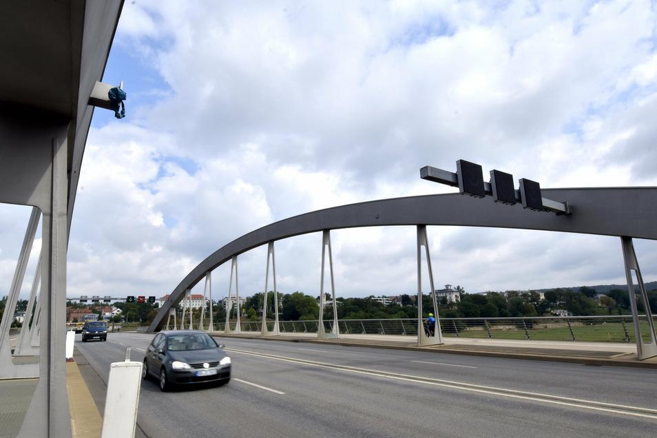 Diese Lücke klafft seit August zwischen den Bögen der Waldschlößchenbrücke. Für die Anpassung des neuen Auslegers der Schilderbrücke war großer Aufwand nötig.