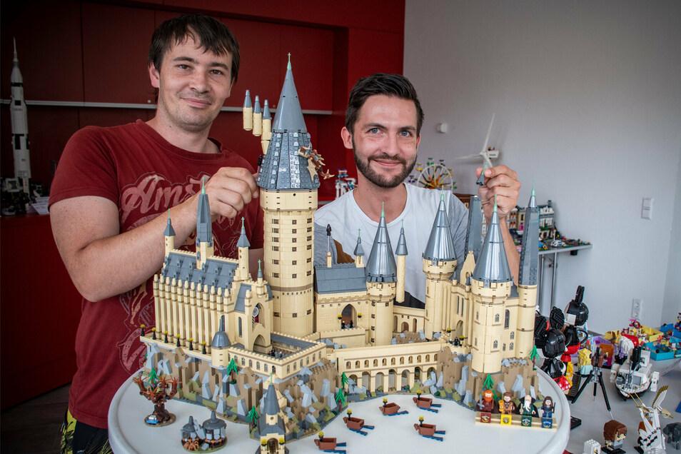 Marcel Ressel und Lukas Eschler (von links) an einem Modell der Zauberschule Hogwarts aus Harry Potter.