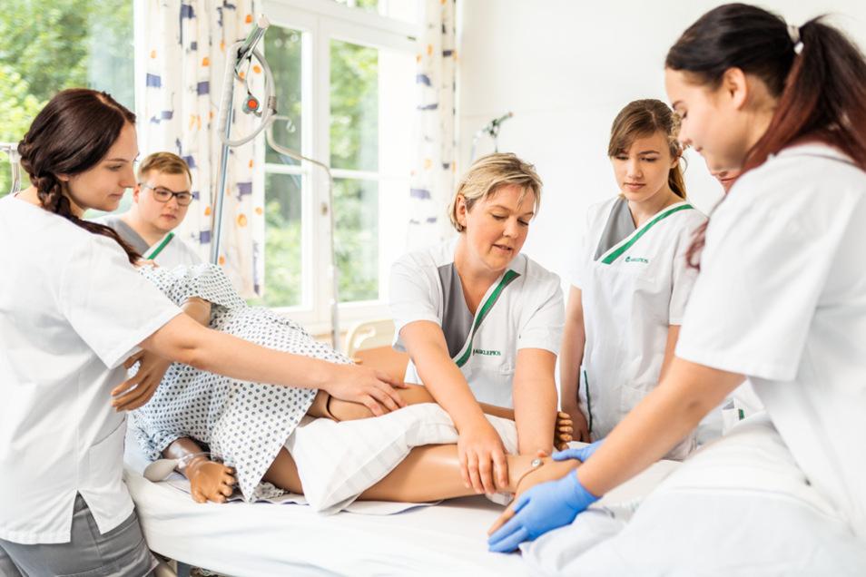 im eigenen Bildungszentrum für Gesundheitsfachberufe verknüpft Asklepios Theorie und Praxis.