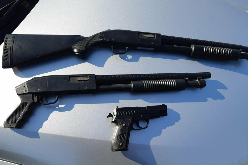 Zahlreiche Waffen wurden kürzlich in einer Wohnung in Bischofswerda gefunden. Dabei handelte es sich um Softair- und Anscheinswaffen, ähnlich diesen, die Bundespolizisten im Juli 2020 bei einer Fahrzeugkontrolle in Bautzen entdeckt hatten.