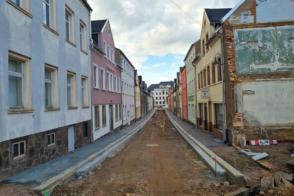 In den vergangenen Monaten wurde die Harthaer Annenstraße mit einem neuen Mischwasserkanal sowie neuen Fußwegen versehen. Nun fehlen noch die Gehwege an der Ecke zur Goethestraße und eine neue Asphaltschicht .