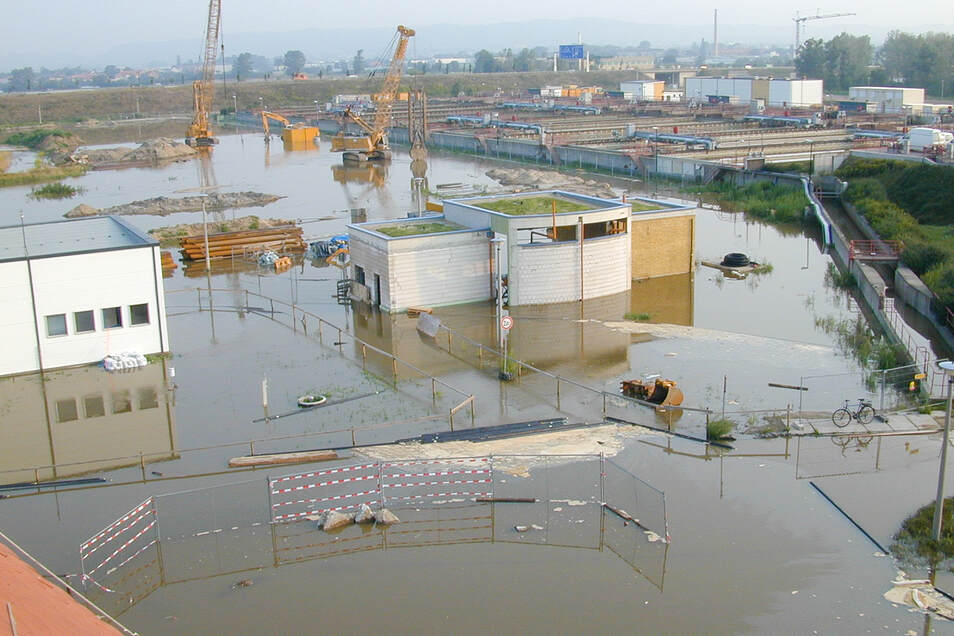 Einen großen Blackout hat es bei der Jahrhundertflut im August 2002 gegeben. Das Klärwerk Kaditz wurde überschwemmt. Im Hintergrund ist zu sehen, wie auch die Baustelle der biologischen Reinigung unter Wasser stand.