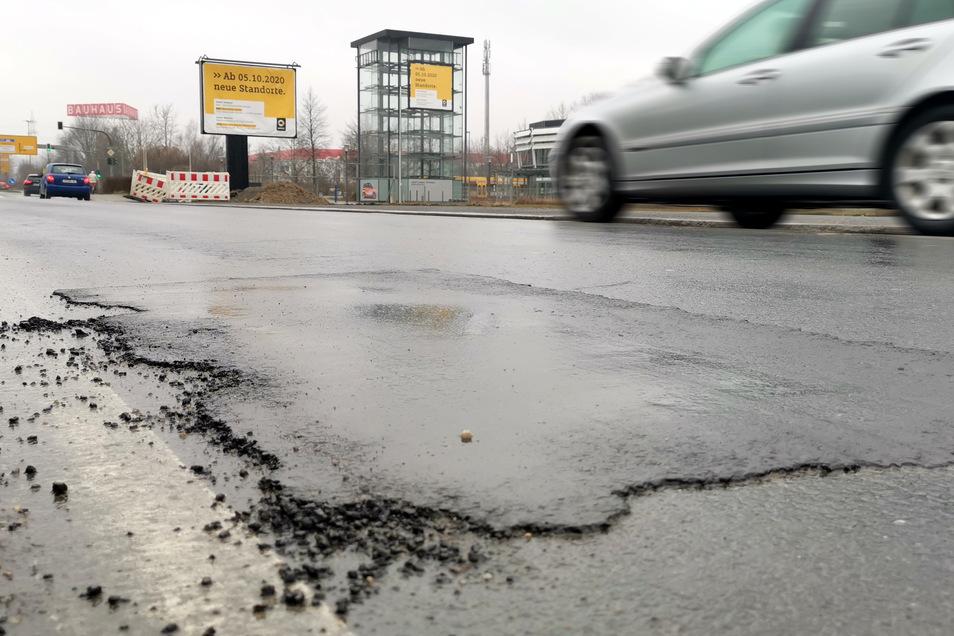 Ausgebessert sind jetzt die großen Schlaglöcher auf dem Langen Weg in Prohlis. Jetzt kommen weitere stark geschädigte Straßen an die Reihe.
